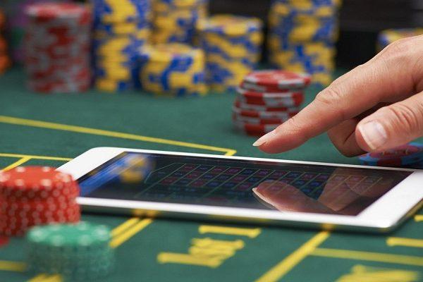 Как играть в казино Рокс на деньги?